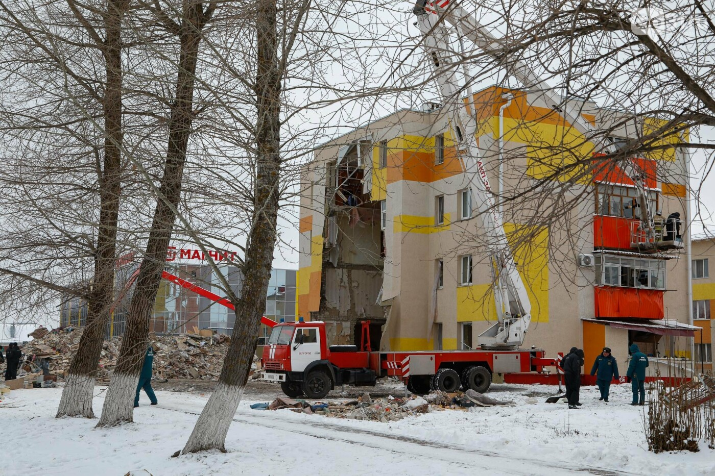 Белгородцы приносят цветы к разрушенному взрывом дому в Яковлево, фото-3