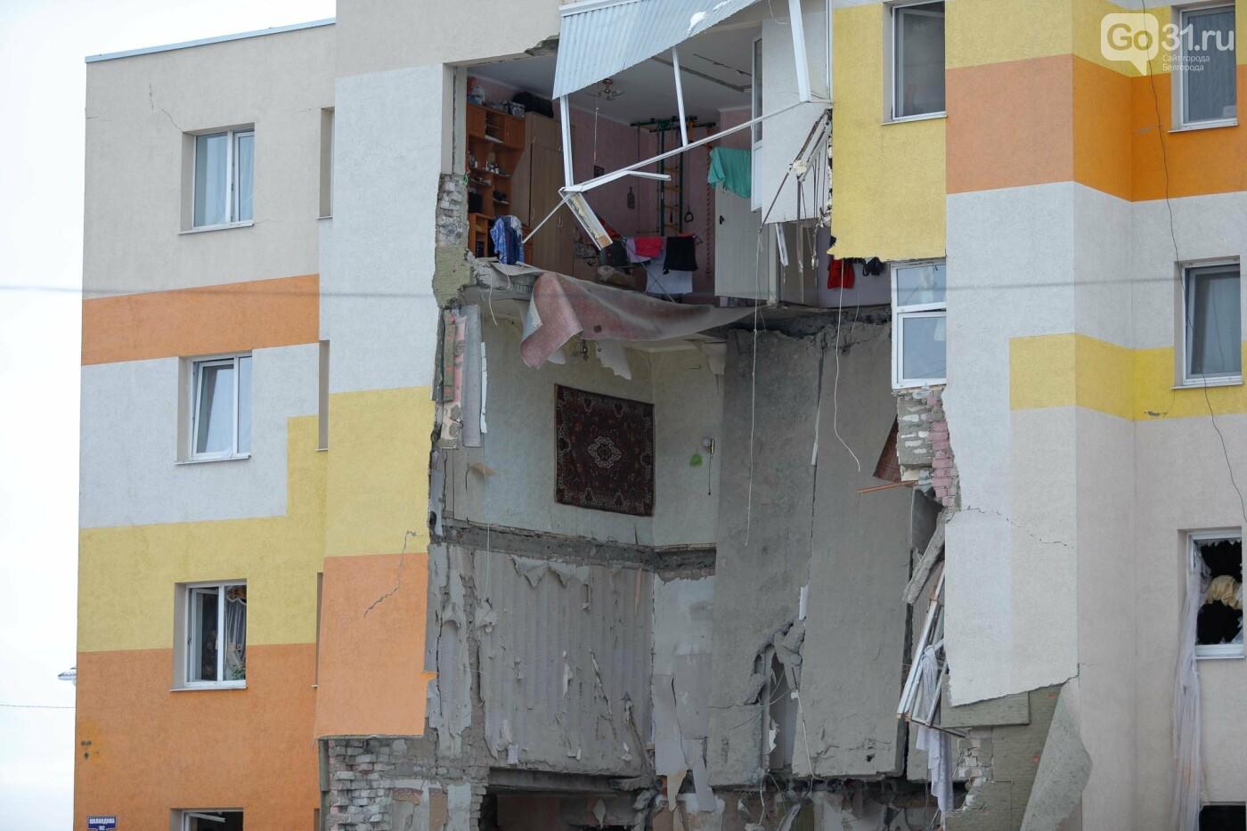 Белгородцы приносят цветы к разрушенному взрывом дому в Яковлево, фото-7