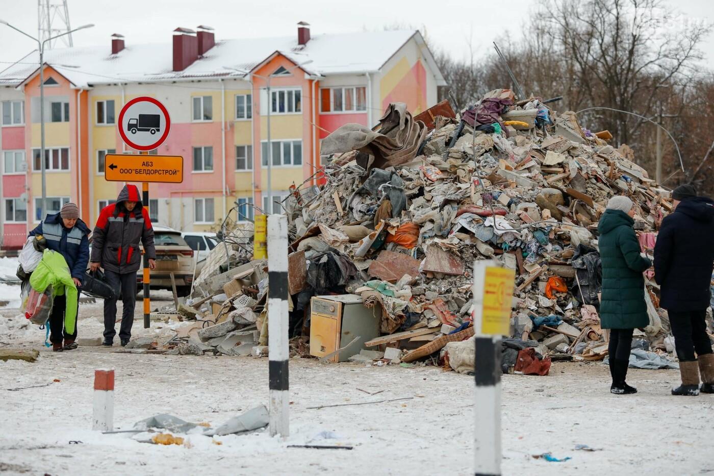 Белгородцы приносят цветы к разрушенному взрывом дому в Яковлево, фото-9