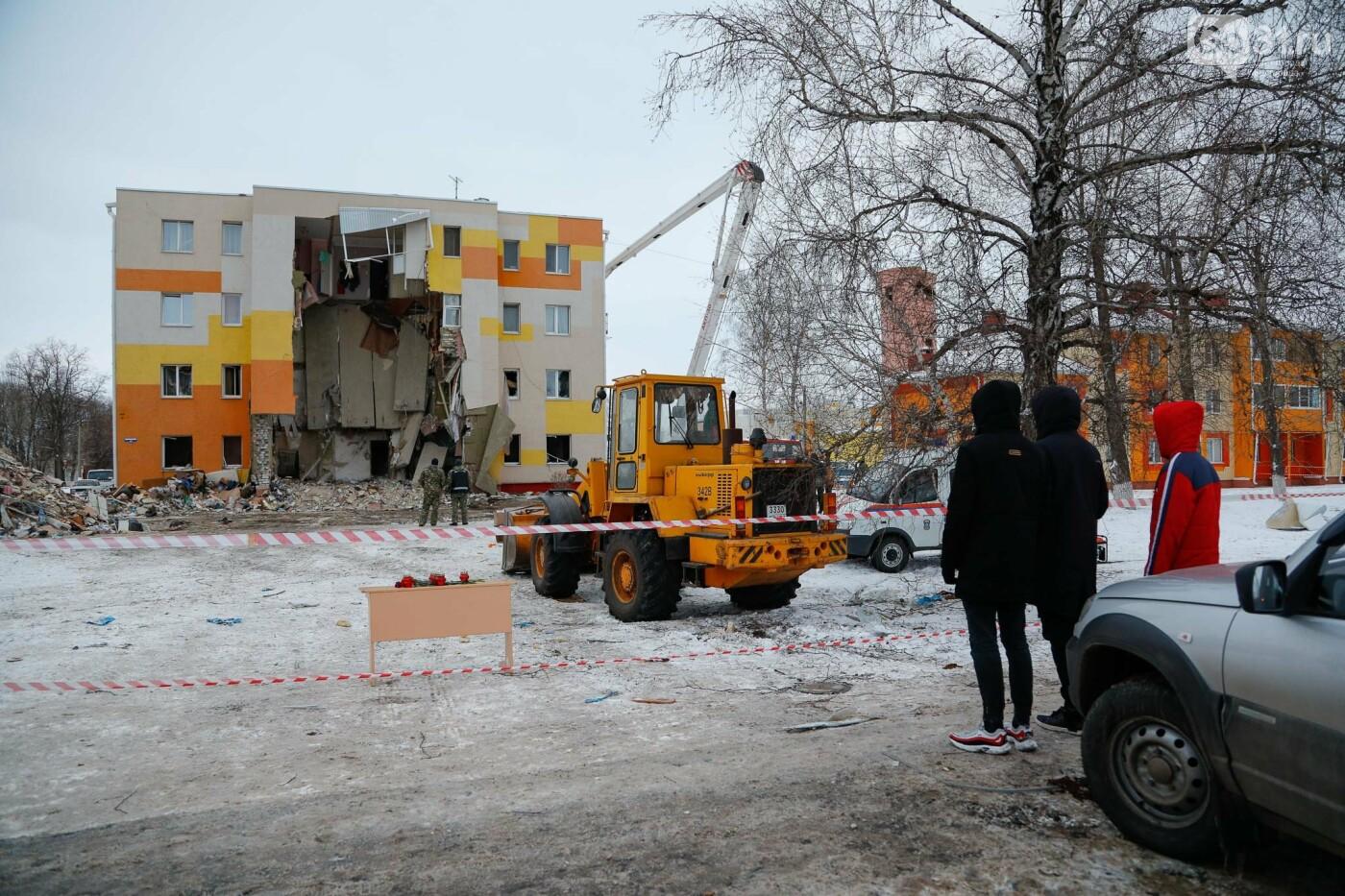 Белгородцы приносят цветы к разрушенному взрывом дому в Яковлево, фото-16