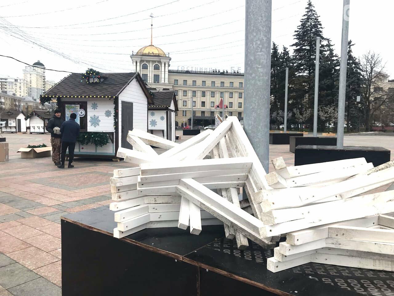 В Белгороде на Соборной площади начали разбирать новогоднее убранство, фото-1, Фото: Евгения Половнёва