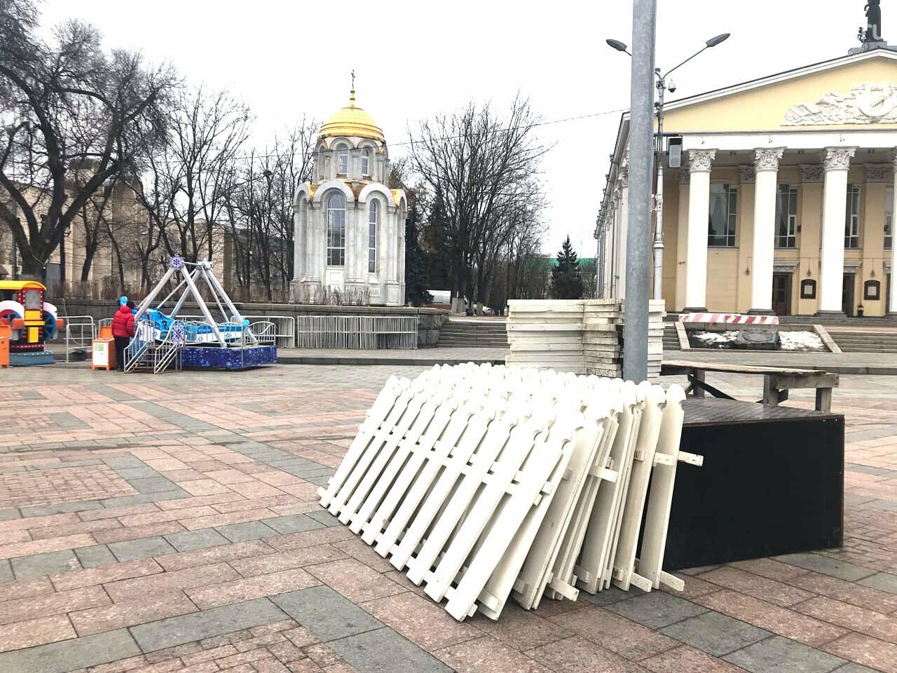 В Белгороде на Соборной площади начали разбирать новогоднее убранство, фото-6, Фото: Евгения Половнёва