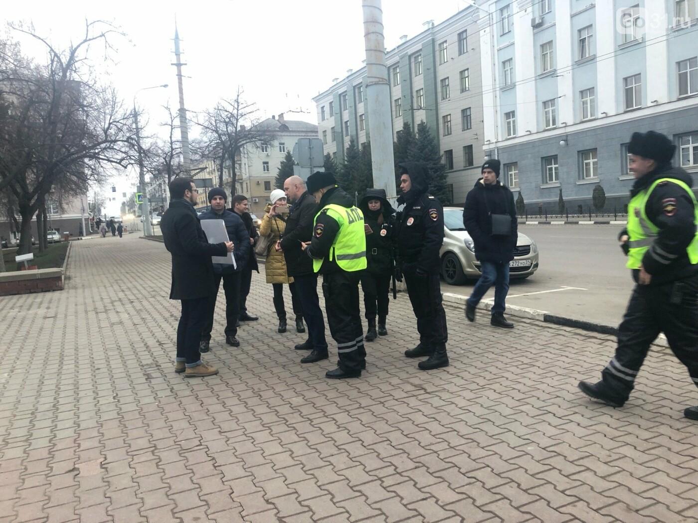 В центре Белгорода вышедшего с одиночным пикетом депутата забрали в полицию, фото-1