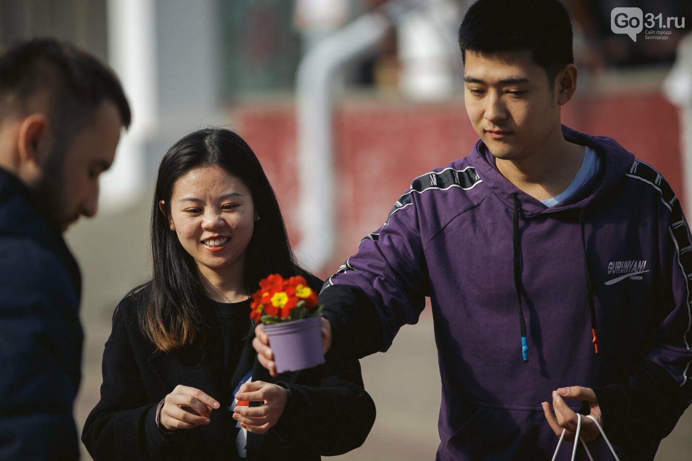 Дарить эмоции. Как белгородцы радовали дам цветами к 8 Марта, фото-13