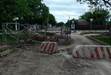 В Разумном Белгородского района второй год не закапывают яму на дороге, фото-1