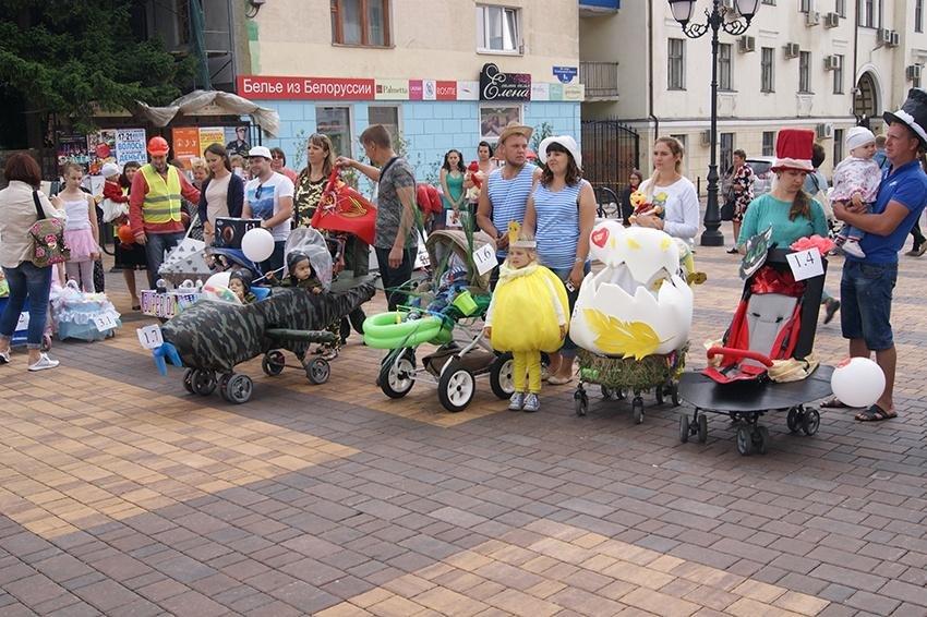 В День семьи, любви и верности в Белгороде прошёл парад детских колясок , фото-2