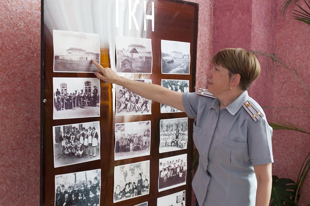 Замначальника колонии Марина Кудлаева рассказывает об истории учреждения. Фото Игоря Ермоленко