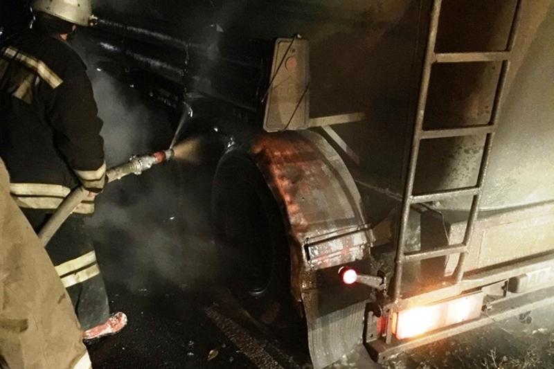 В Короче у грузовика прямо на ходу загорелись колёса, фото-1