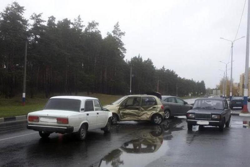 В Белгороде легковушка протаранила опору ЛЭП, фото-1