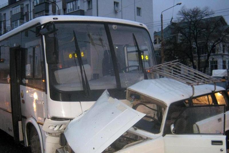 В Белгороде легковушка протаранила опору ЛЭП, фото-2