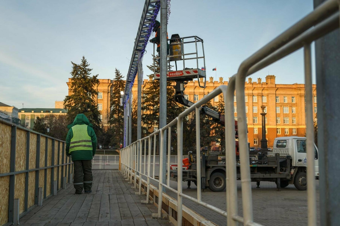 В соцсетях сообщили об установке ёлки на площади, но рабочие всё разобрали. Почему?, фото-10