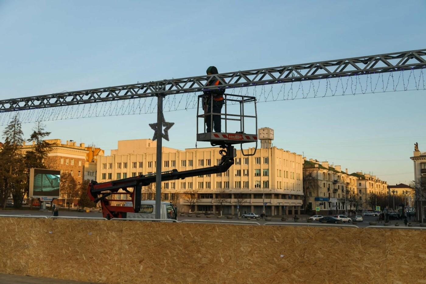 В соцсетях сообщили об установке ёлки на площади, но рабочие всё разобрали. Почему?, фото-11