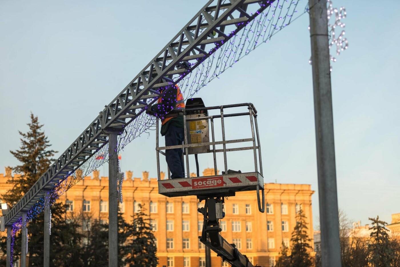 В соцсетях сообщили об установке ёлки на площади, но рабочие всё разобрали. Почему?, фото-14