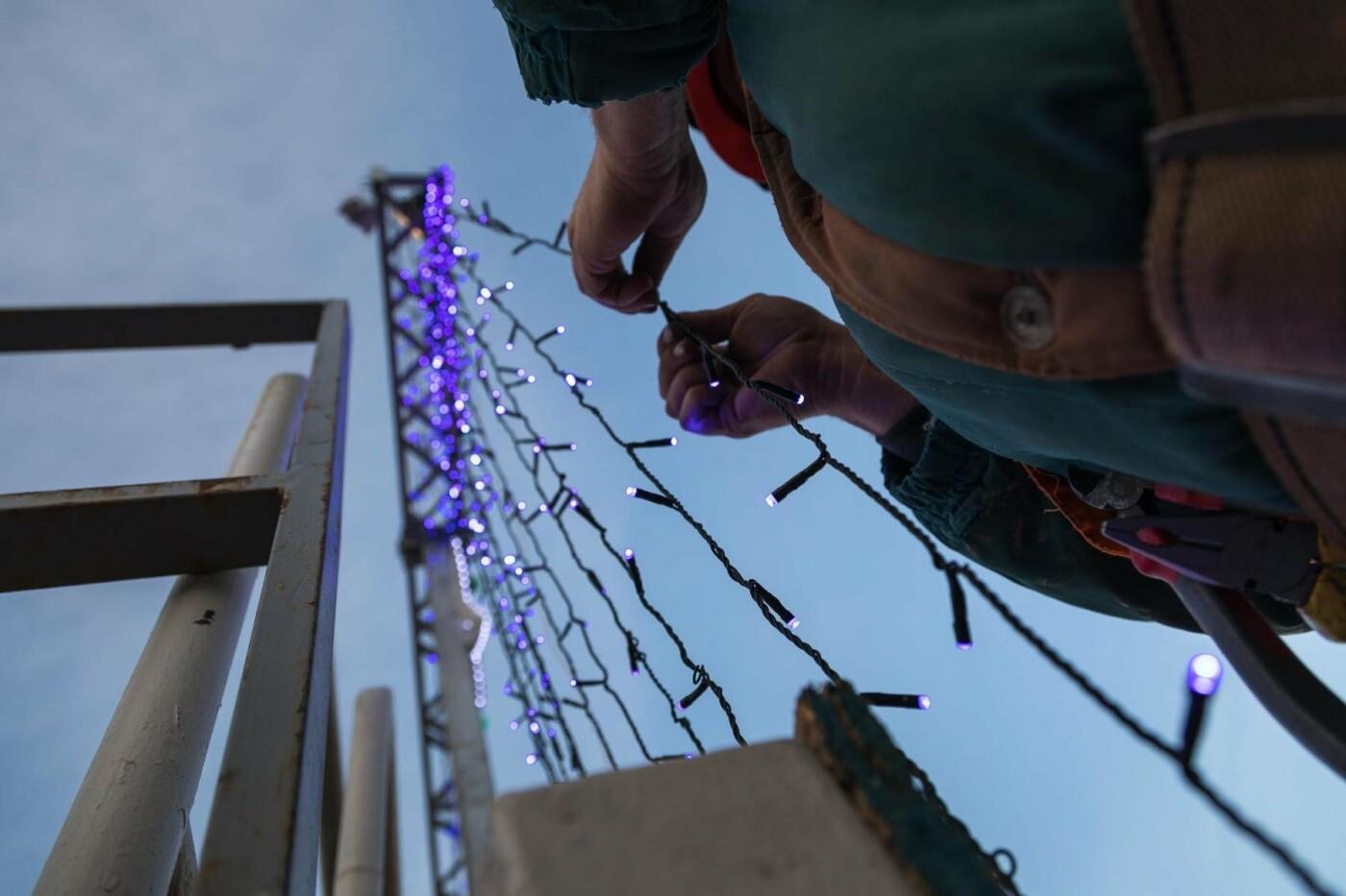 В соцсетях сообщили об установке ёлки на площади, но рабочие всё разобрали. Почему?, фото-1