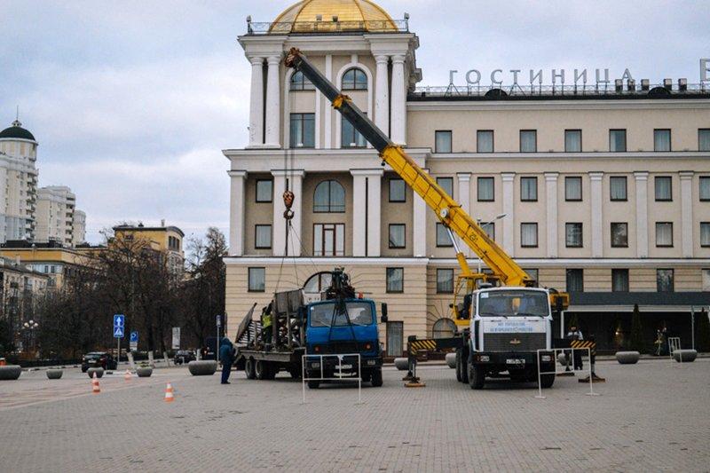 На Соборной площади устанавливают новогоднюю ёлку, фото-1
