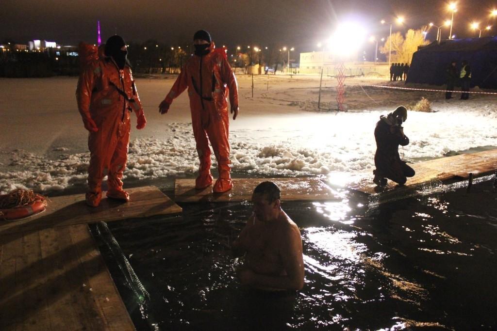 11 тысяч белгородцев окунулись в ледяную воду на Крещение , фото-1