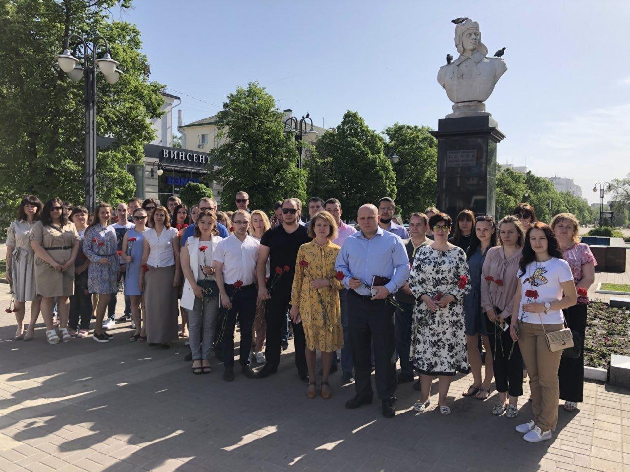 Белгородцы возложили цветы к памятнику танкисту Попову, фото-1