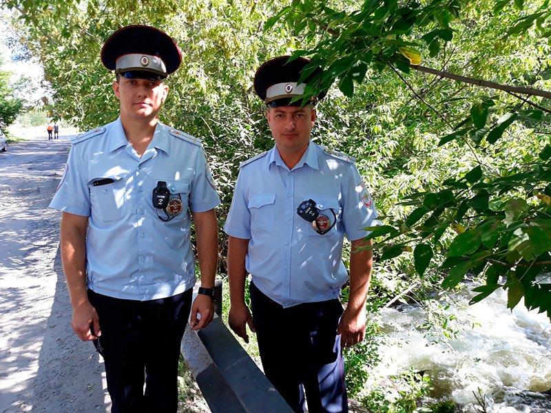 В Старом Осколе инспекторы ДПС спасли тонущую женщину, фото-3