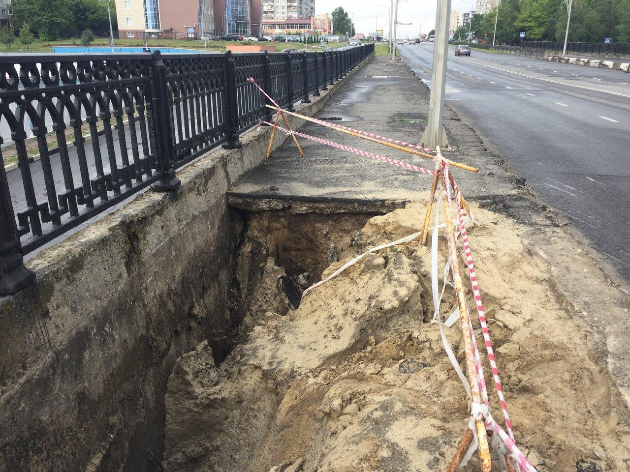 В Старом Осколе закрыли от пешеходов разрушенный дождями мост. На ремонт пока нет средств, фото-1