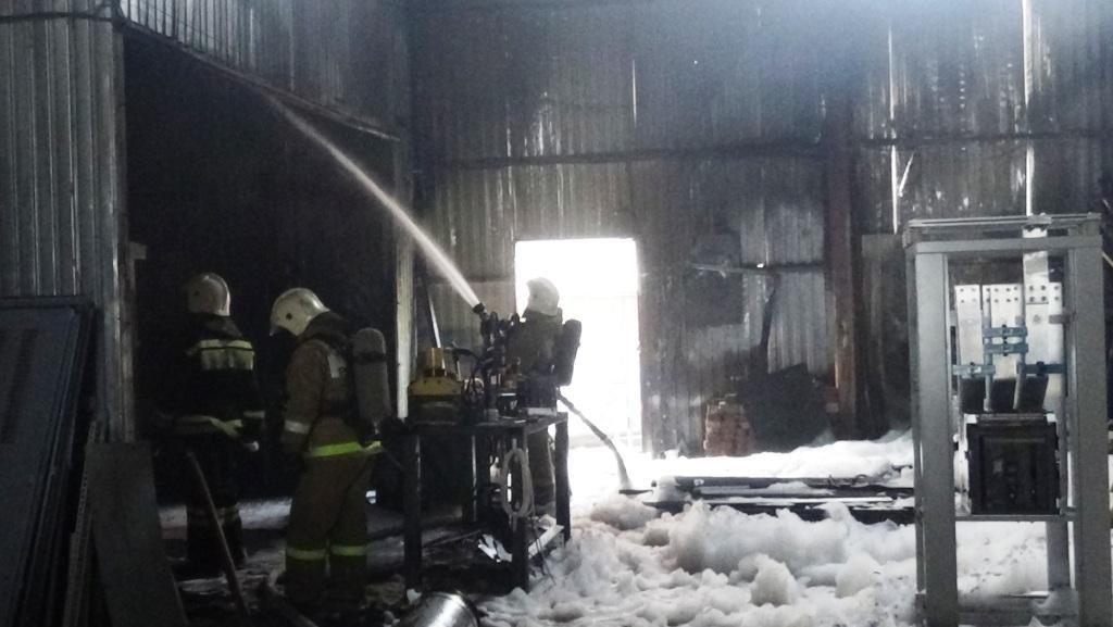 В Белгороде на Михайловском шоссе потушили складское помещение , фото-1