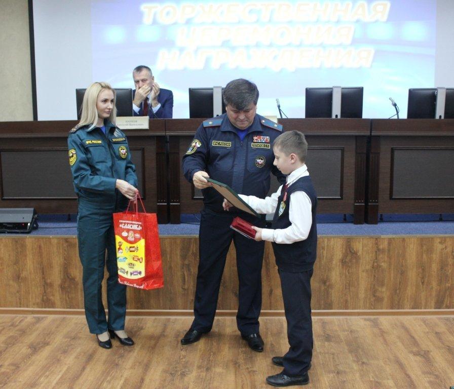 В Белгороде медалями МЧС наградили детей-героев, фото-2