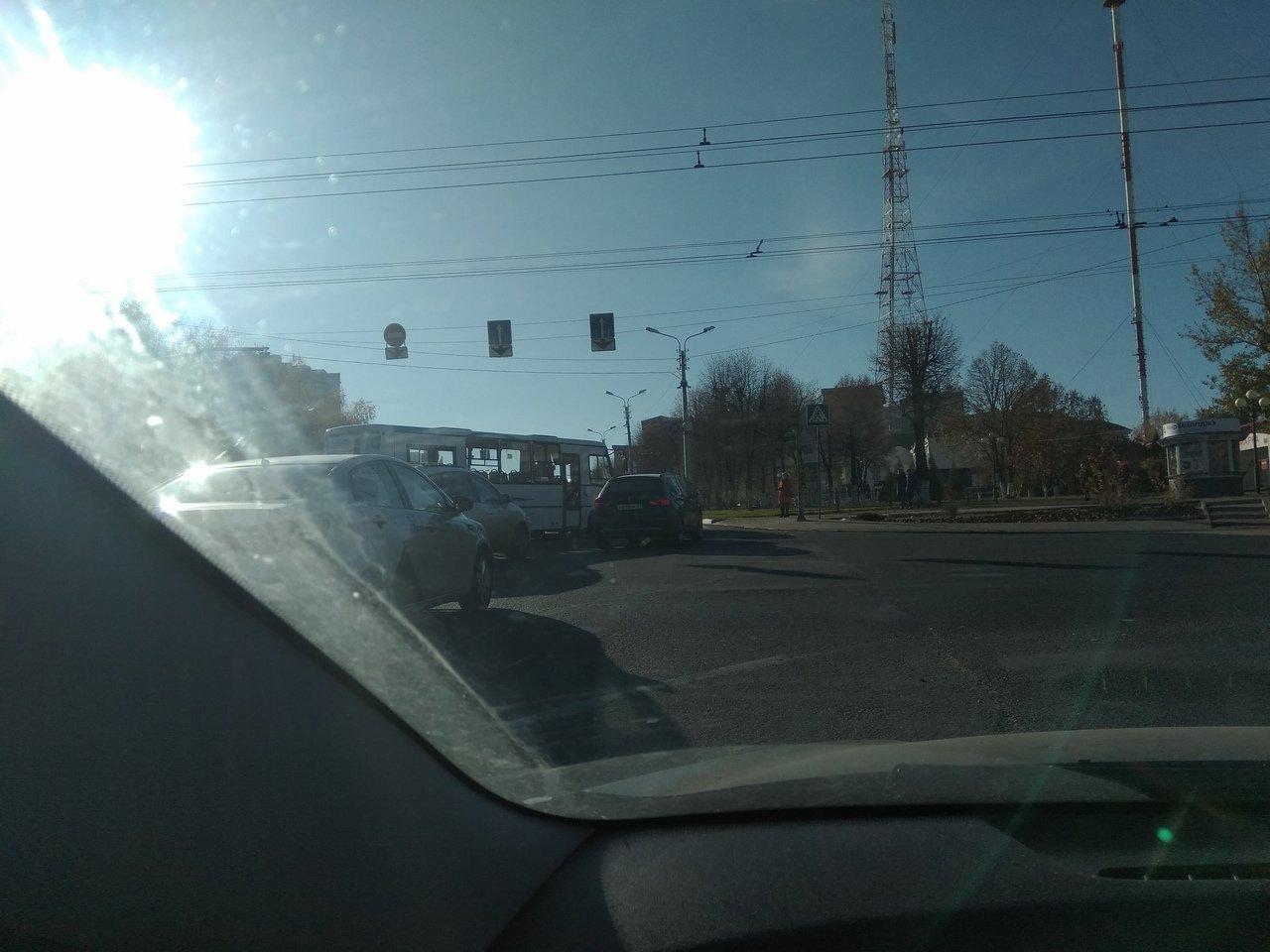 Харгора стоит. На перекрёстке Костюкова-Ватутина автобус столкнулся с иномаркой, фото-1