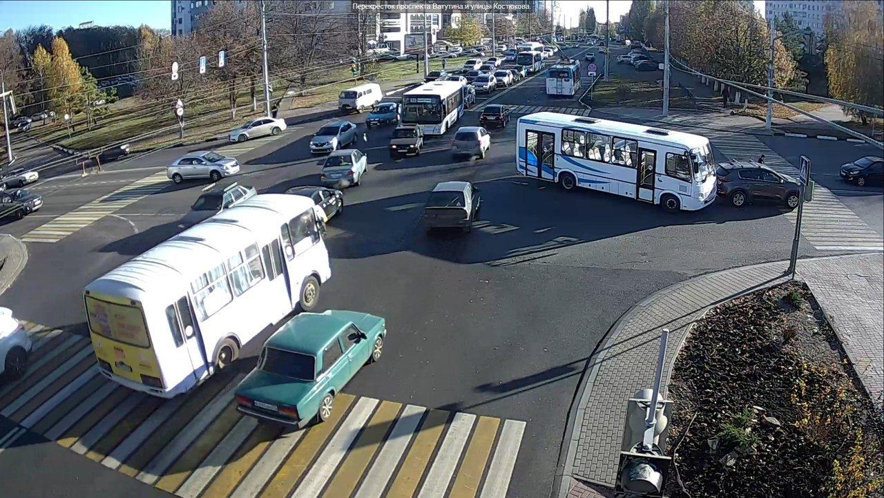 Харгора стоит. На перекрёстке Костюкова-Ватутина автобус столкнулся с иномаркой, фото-3