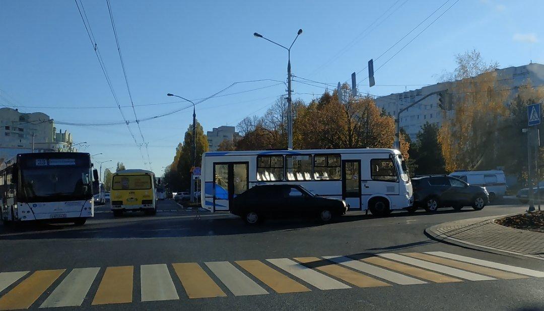 Харгора стоит. На перекрёстке Костюкова-Ватутина автобус столкнулся с иномаркой, фото-2