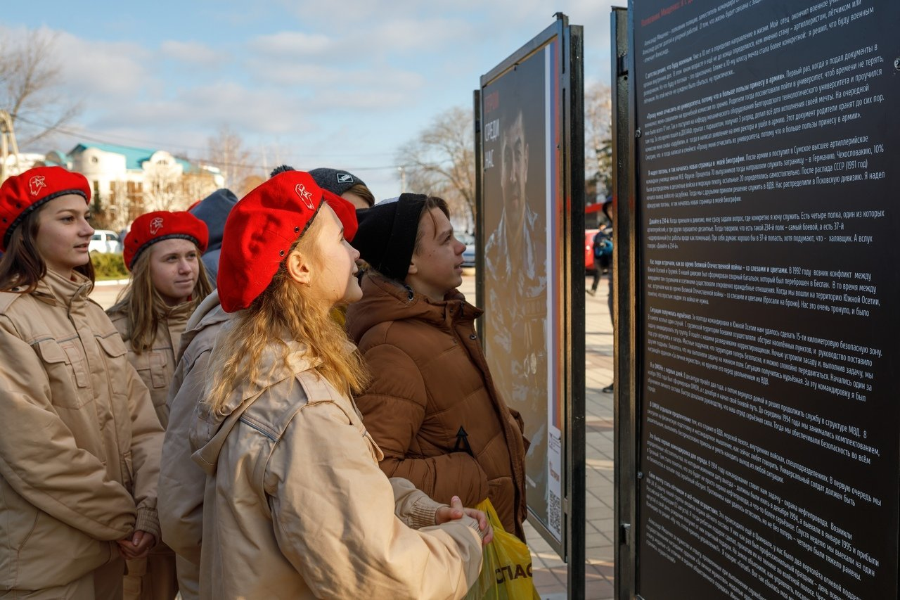 «Стать ориентиром для молодёжи»: фотовыставка «Герои среди нас» продолжает путешествие по области, фото-3