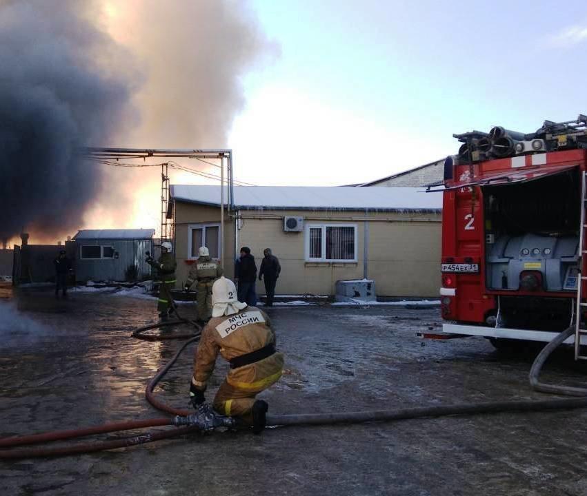 В Стрелецком горит склад с межкомнатными дверями [обновлено], фото-3