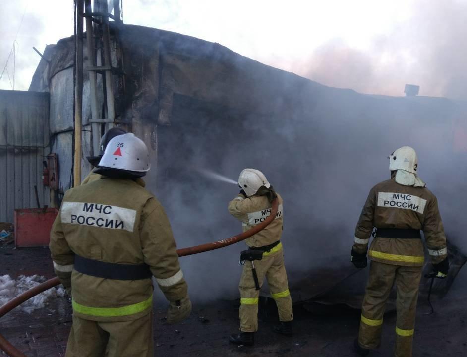 В Стрелецком горит склад с межкомнатными дверями [обновлено], фото-5