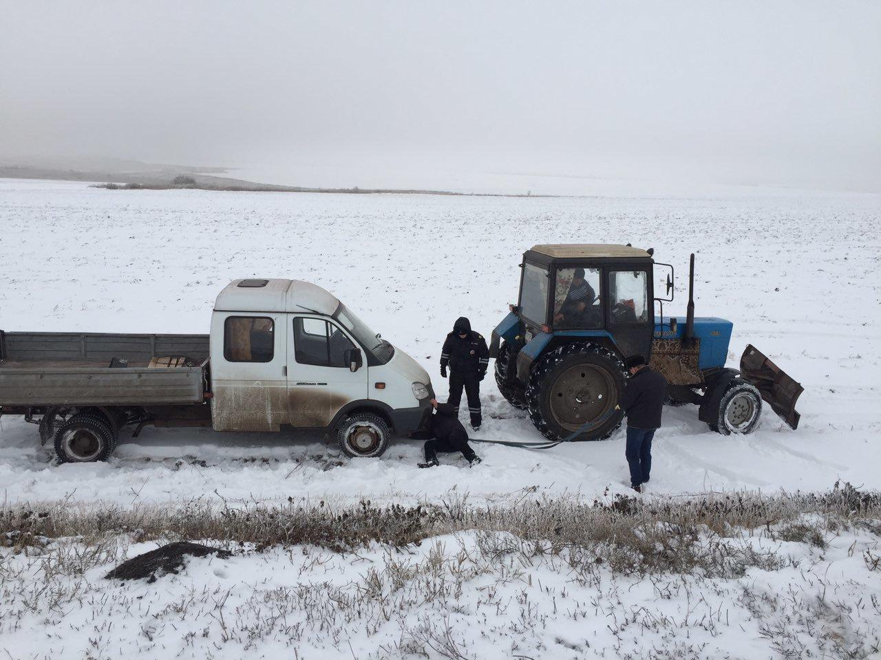 В Губкине инспекторы ДПС помогли замерзающему водителю, фото-1