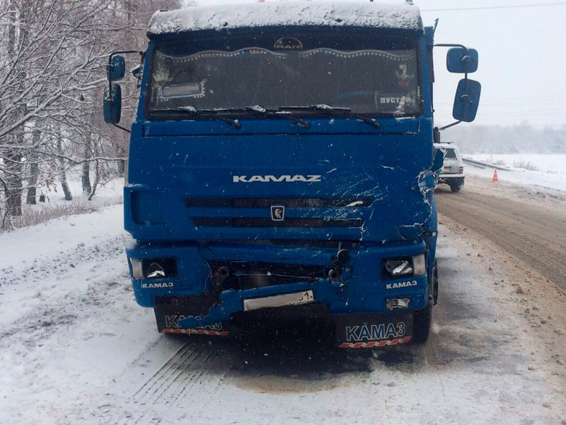 В лобовом столкновении «Рено» с КамАЗом погибли три человека, фото-1