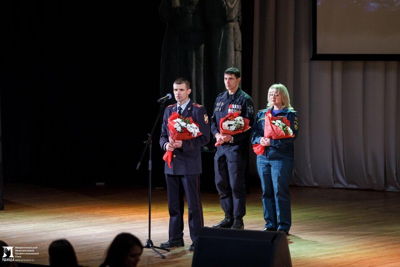 «О подвигах надо говорить». Студентам Белгородского госуниверситета представили фотовыставку «Герои среди нас», фото-7