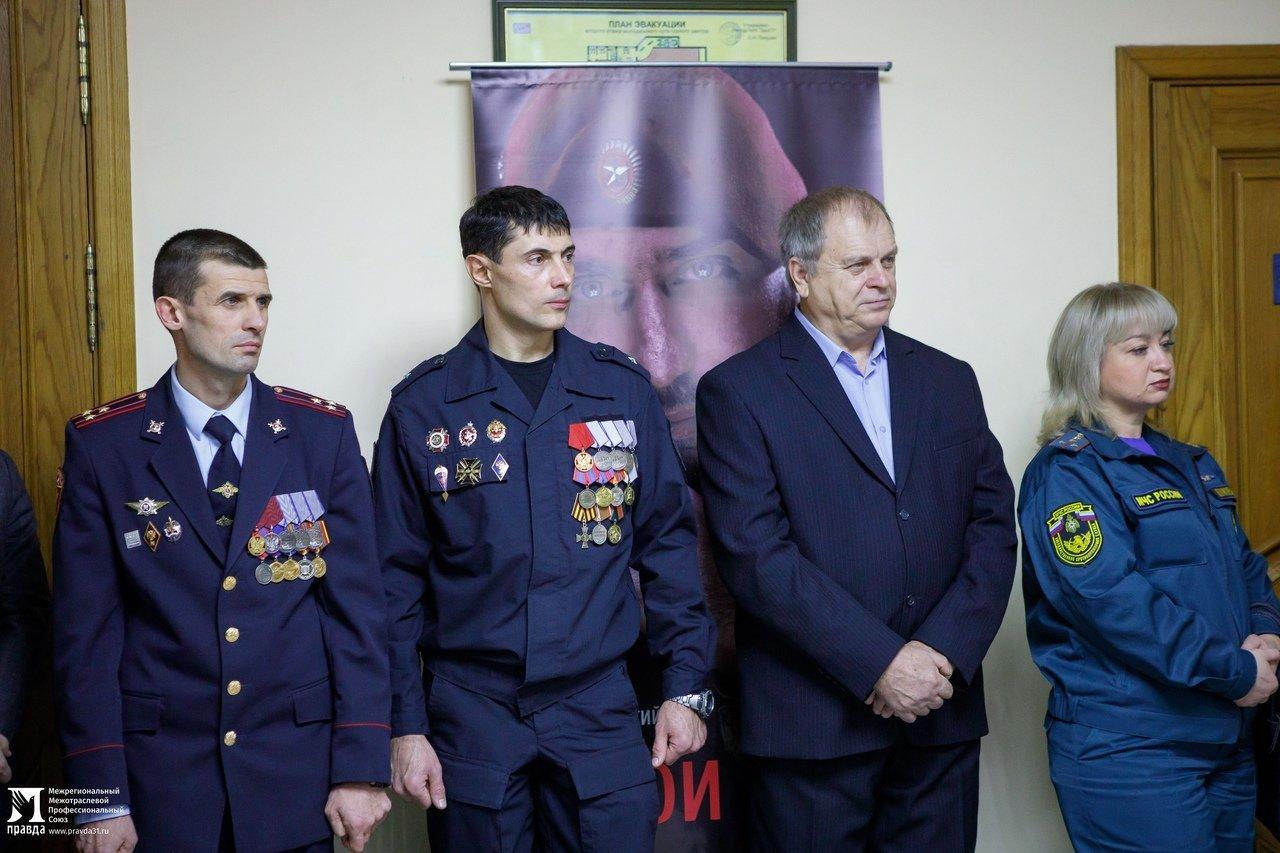 «О подвигах надо говорить». Студентам Белгородского госуниверситета представили фотовыставку «Герои среди нас», фото-2