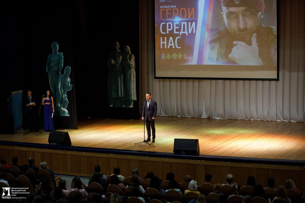 «О подвигах надо говорить». Студентам Белгородского госуниверситета представили фотовыставку «Герои среди нас», фото-8