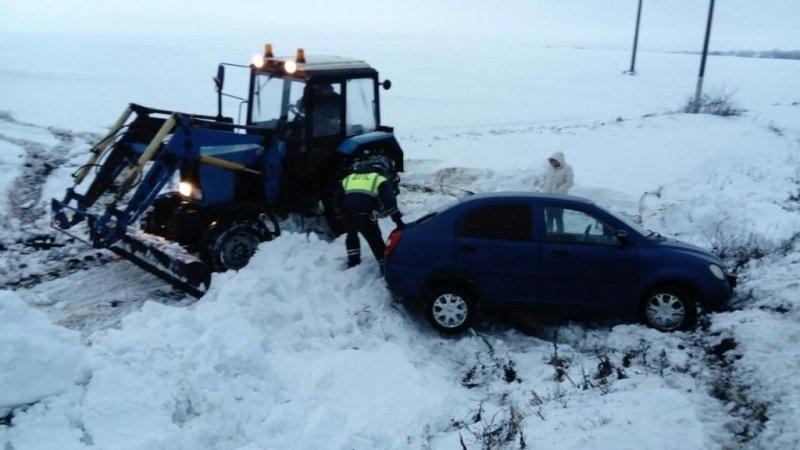 Автоинспекторы помогли белгородке выбраться из снежного заноса, фото-1