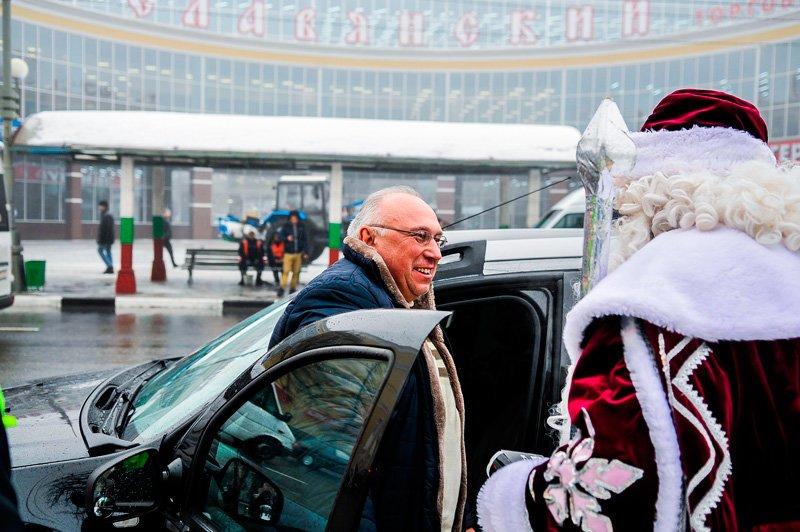 Дед Мороз поздравил старооскольских автомобилистов с наступающим Новым годом, фото-3