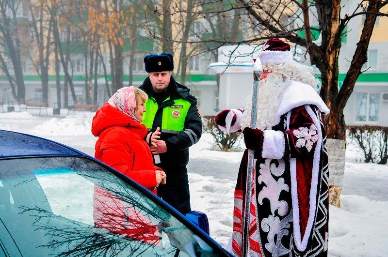 Дед Мороз поздравил старооскольских автомобилистов с наступающим Новым годом, фото-6