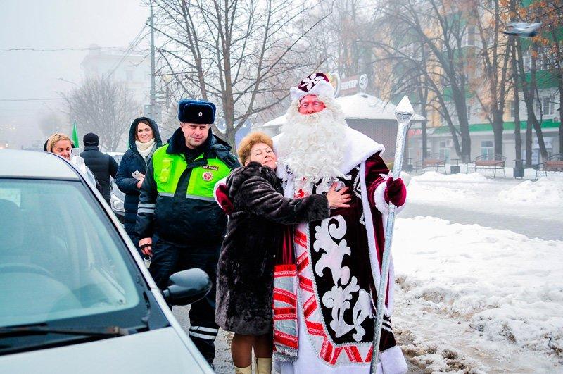 Дед Мороз поздравил старооскольских автомобилистов с наступающим Новым годом, фото-5