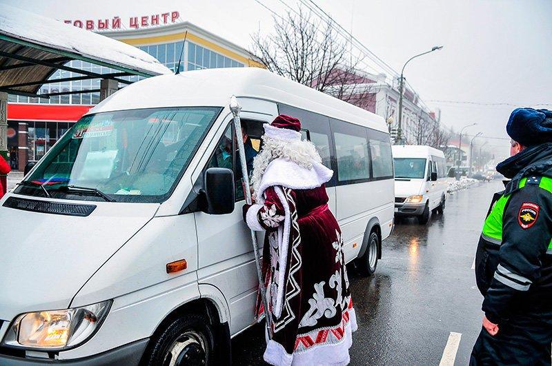 Дед Мороз поздравил старооскольских автомобилистов с наступающим Новым годом, фото-4