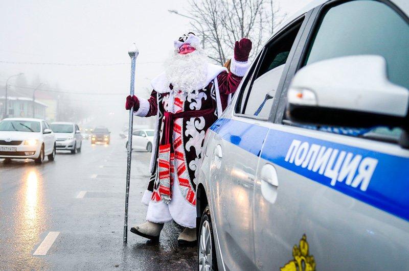 Дед Мороз поздравил старооскольских автомобилистов с наступающим Новым годом, фото-2