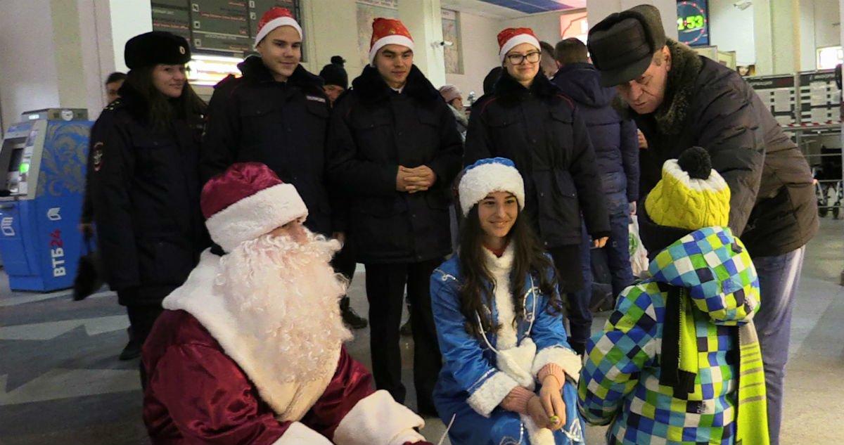 Полицейский Дед Мороз пришёл в гости к пассажирам, фото-1