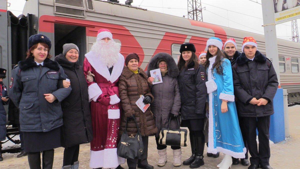 Полицейский Дед Мороз пришёл в гости к пассажирам, фото-5