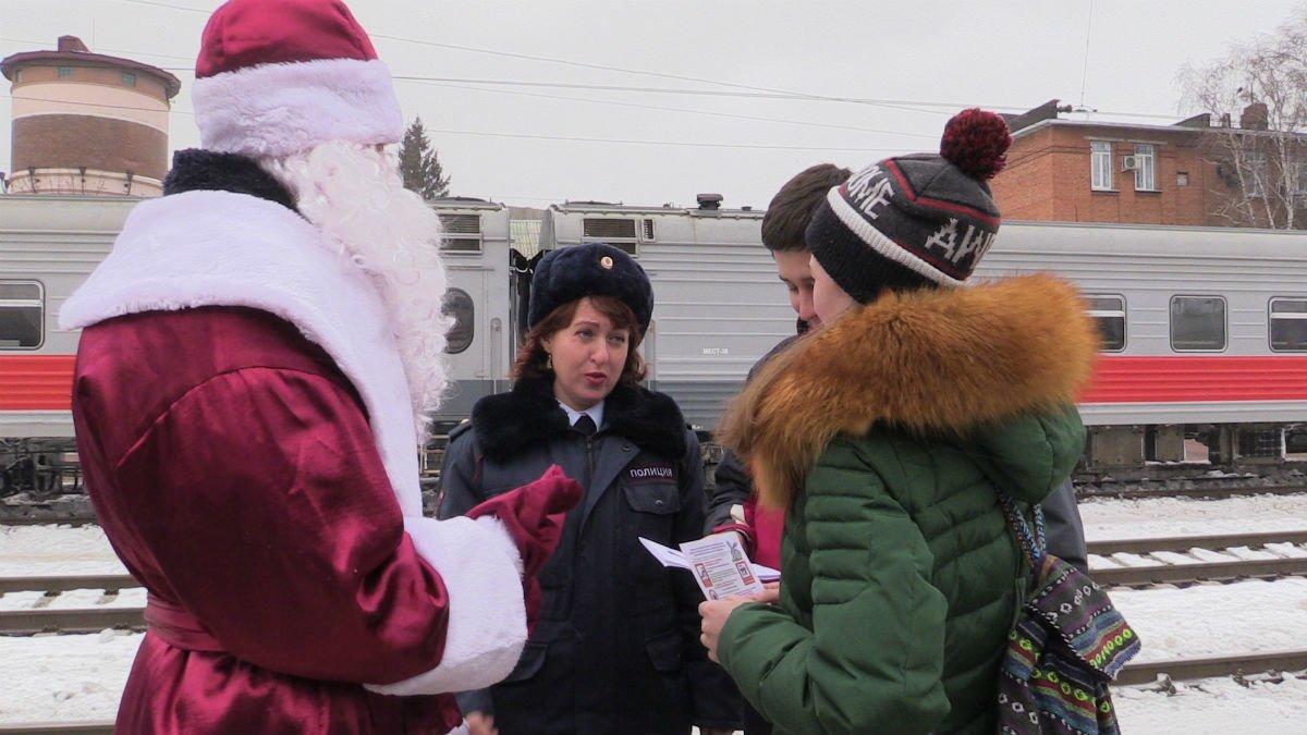 Полицейский Дед Мороз пришёл в гости к пассажирам, фото-2
