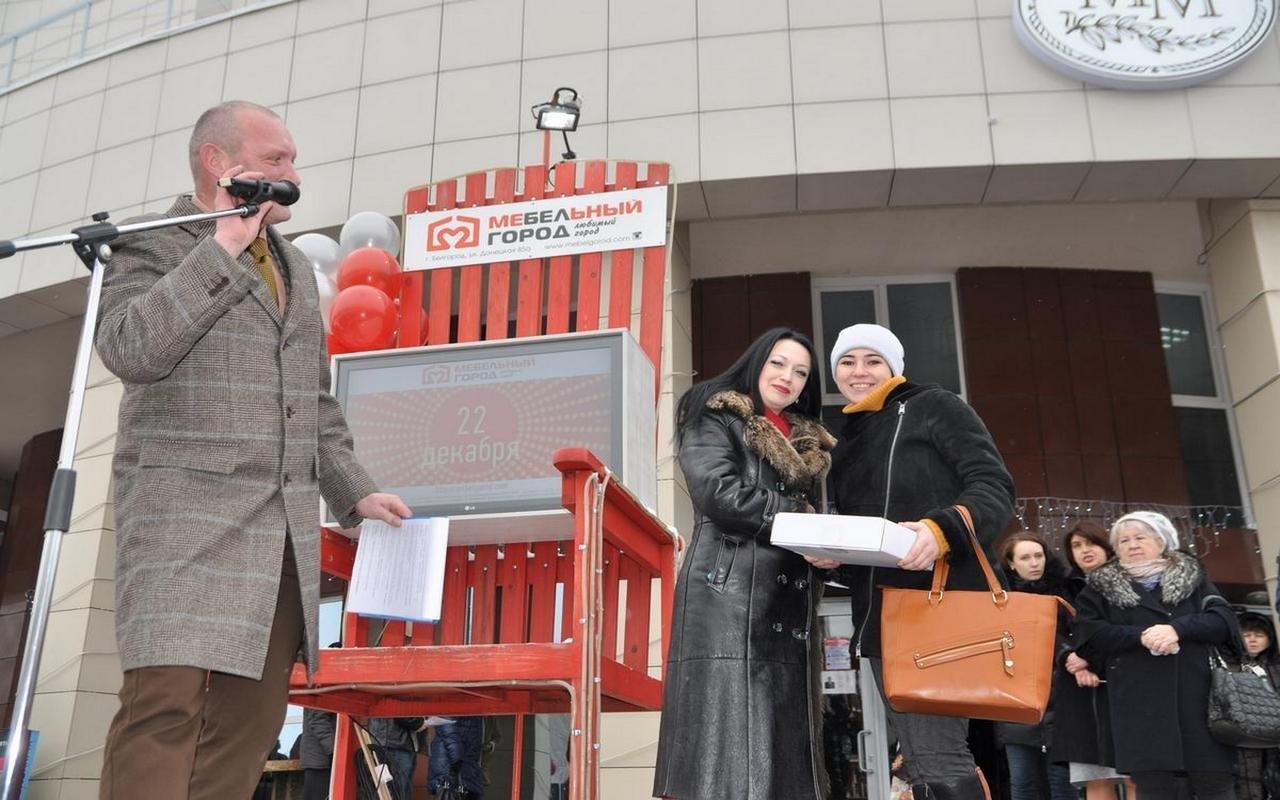 Самый удачливый покупатель ТЦ «Мебельный город» получил в подарок автомобиль, фото-12