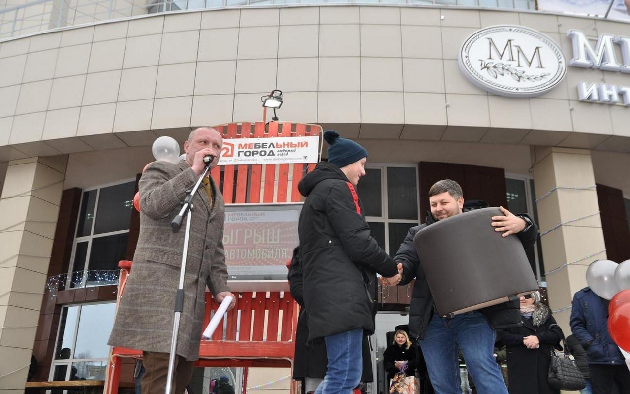 Самый удачливый покупатель ТЦ «Мебельный город» получил в подарок автомобиль, фото-11