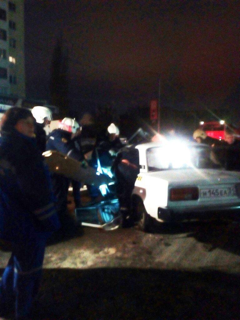 В Старом Осколе водителя вырезали из искорёженного авто, фото-1