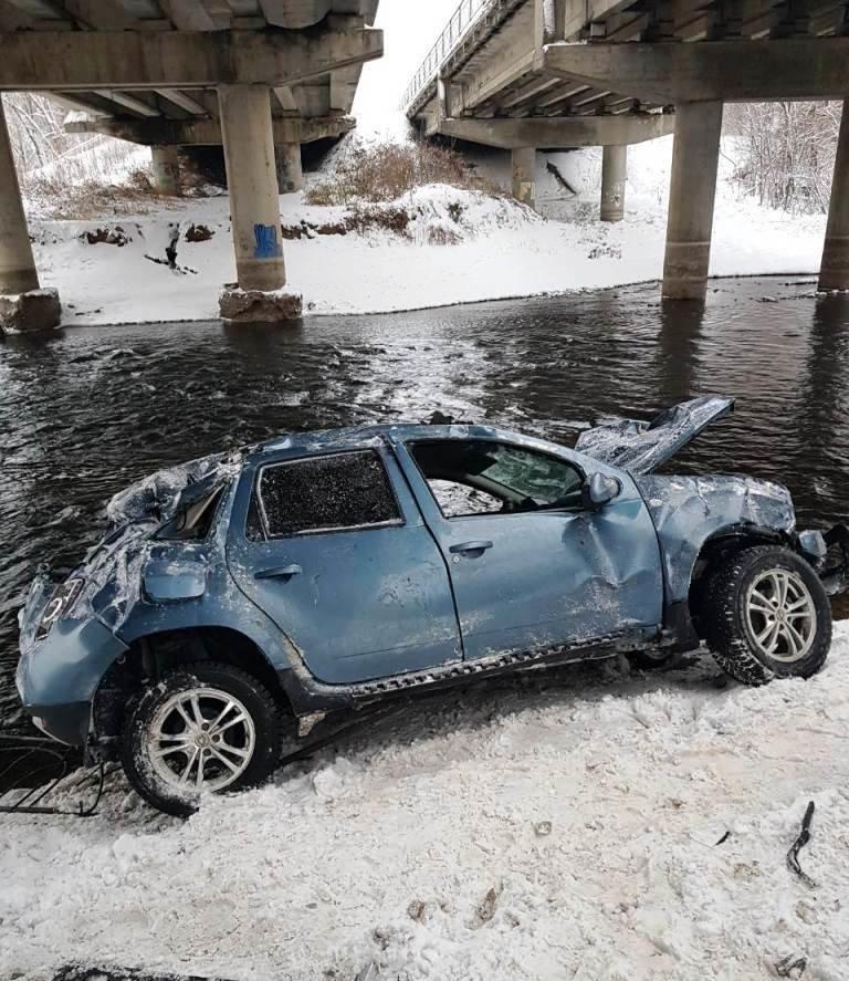 В Белгороде автомобилистка слетела с моста в реку, фото-1