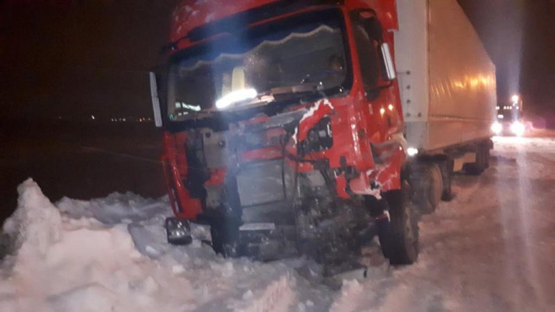 В Старом Осколе иномарка столкнулась с грузовиком, фото-2